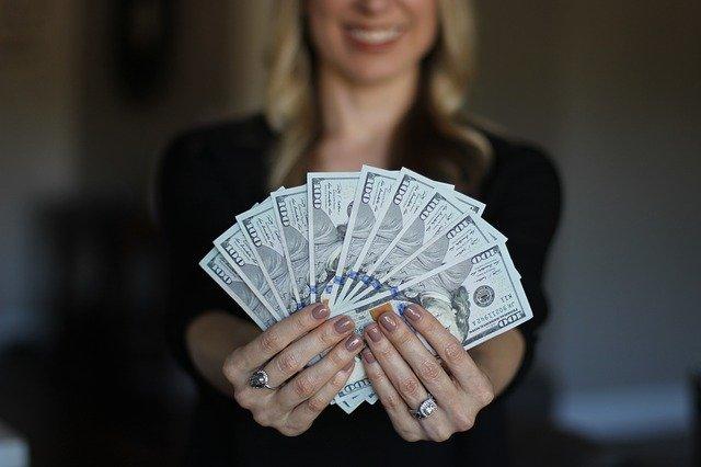 radost blondýny v peněz